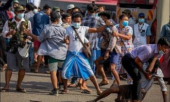 Các nhóm biểu tình Myanmar đụng độ