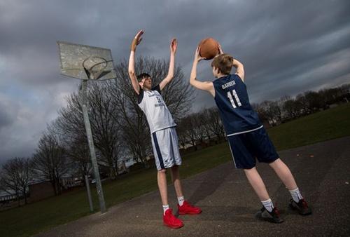 Thiếu niên cao nhất thế giới theo đuổi giấc mơ bóng rổ ở Anh