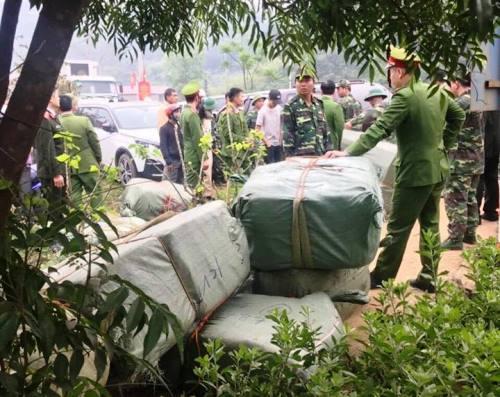 Cảnh sát vũ trang bao vây hàng chục người vác hàng lậu vào Việt Nam