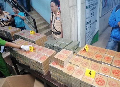 nhom van chuyen 895 banh heroin tung xuat khau mot chuyen hang tu tp hcm