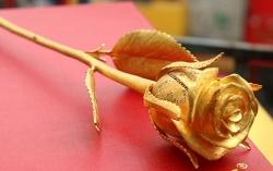 Bông hồng đúc bằng vàng nguyên khối, đính kim cương giá 250 triệu đồng
