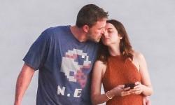 Ben Affleck ôm hôn bạn gái kém 16 tuổi
