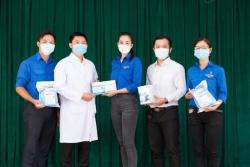 Hoa hậu Tiểu Vy trao hiện vật trị giá 400 triệu phòng dịch Covid-19