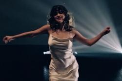 Selena Gomez mặc đầm lụa bó sát, nhảy lắc lư khi hát về Justin Bieber