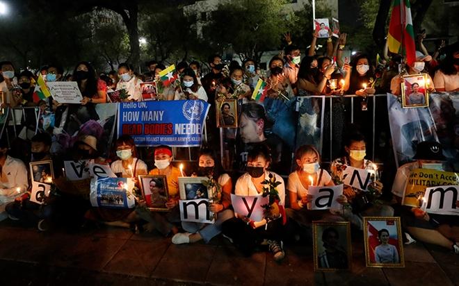Lực lượng an ninh Myanmar đột kích, bắt người giữa đêm - 1
