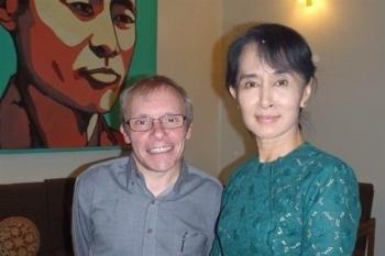 Vụ bắt giữ cố vấn của bà Suu Kyi làm lộ