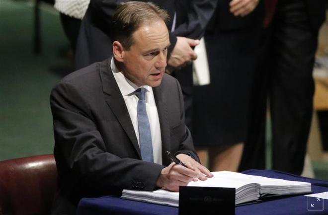 Bộ trưởng Y tế Australia nhập viện sau hai ngày tiêm vaccine COVID-19 - 1