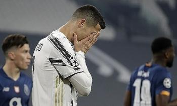Juventus bị loại dù hơn người