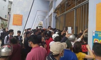 V-League trở lại: CĐV Hải Phòng vây kín cổng sân Lạch Tray mua vé