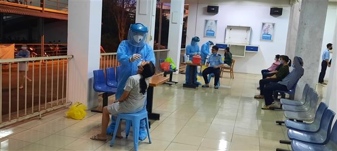 TP.HCM bắt đầu xét nghiệm COVID-19 nhân viên sân bay Tân Sơn Nhất hàng tuần  - 1
