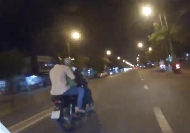 Cảnh sát TP.HCM  truy đuổi hơn 3km, nổ súng bắt hai tên cướp xe máy