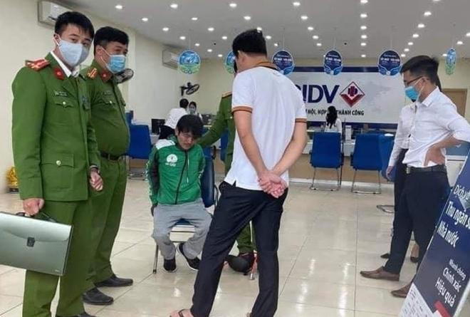 Người đàn ông mặc đồng phục Grab cầm súng khống chế nhân viên cướp ngân hàng