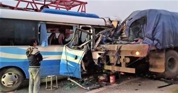 Xe khách đi lễ chùa tông đuôi xe tải, hơn 20 người thương vong