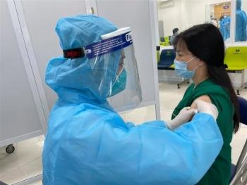 Nhiều người sốt, mệt mỏi sau tiêm vaccine COVID-19 AstraZeneca