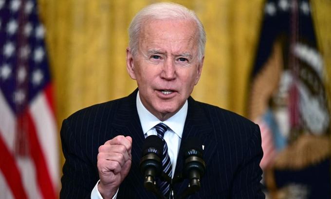 """Biden chênh vênh giữa ngoại giao vaccine và """"nước Mỹ trên hết"""""""