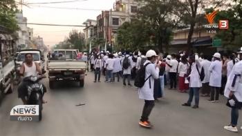 Bác sĩ, y tá Myanmar xuống đường biểu tình từ sáng sớm