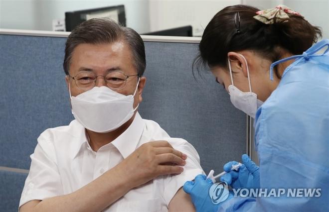 Tổng thống Hàn Quốc tiêm vaccine COVID-19 của AstraZeneca - 1