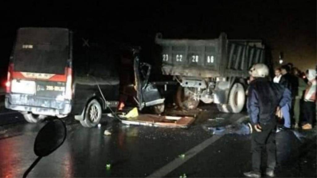 Xe khách đâm xe tải trên quốc lộ, 3 người chết thương tâm