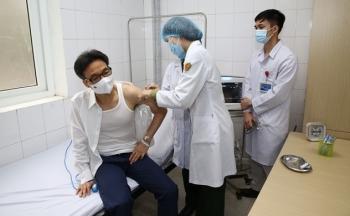 Phó Thủ tướng Vũ Đức Đam tiêm thử nghiệm vaccine COVID-19 Nanocovax