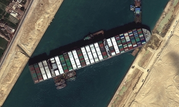 Tàu hàng chắn ngang kênh Suez có thể do lỗi con người