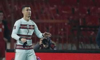 Ronaldo ném băng thủ quân để phản đối trọng tài