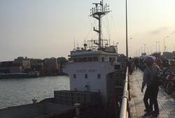 Tàu thủy 'bơi' tự do trên sông, tông thẳng vào cầu Đồng Nai