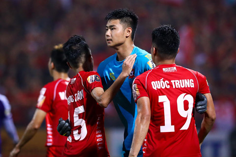 bui tien dung lang le nhin van toan can penalty giua bien phao sang