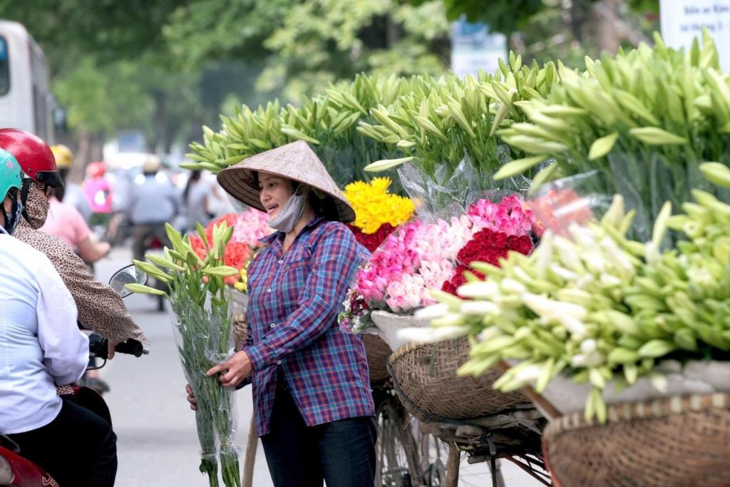 Tháng tư về, hoa loa kèn tinh khôi xuống phố