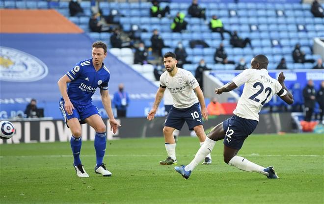 Man City tạo khoảng cách 17 điểm với Man Utd - 2