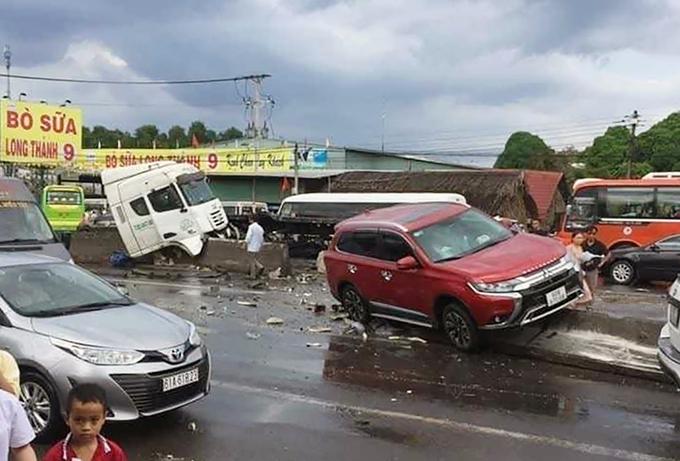 Tai nạn do cuộn thép trên xe rơi xuống đường