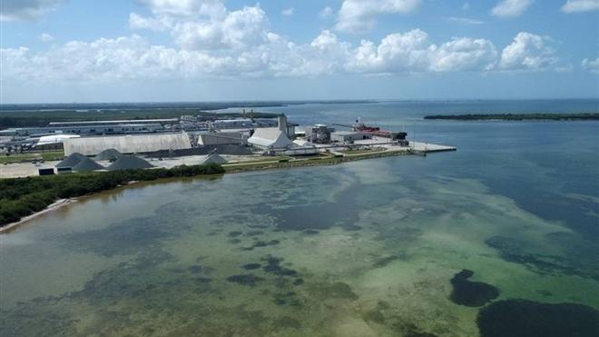 Florida cảnh báo nguy cơ vỡ bức tường nước hồ chứa chất thải cao 6m