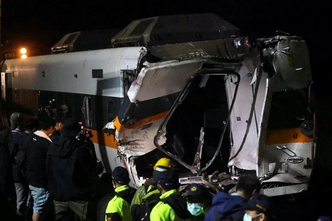 Ảnh nghi phạm đứng nhìn tai nạn tàu Đài Loan gây phẫn nộ