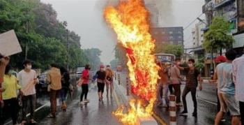Người biểu tình nhuộm đỏ thành phố Yangon