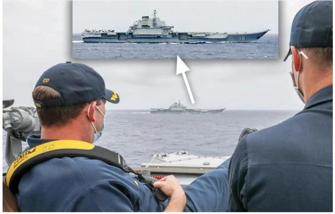Thuyền trưởng tàu Mỹ gác chân thảnh thơi theo dõi tàu sân bay Trung Quốc