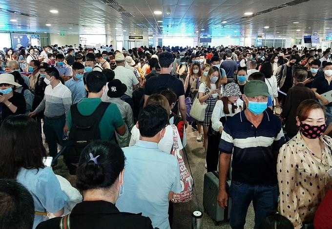 Sân bay Tân Sơn Nhất đông nghẹt người