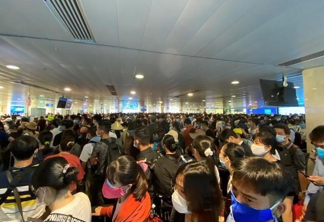 Dự báo sân bay tắc nghẽn dịp 30-4, khách nên làm gì để không lỡ chuyến bay?