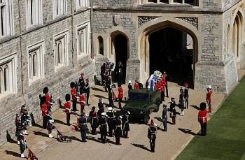 Sĩ quan Anh tung đồng xu để giành vinh dự lái xe chở linh cữu Hoàng thân Philip