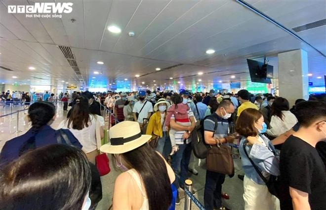 Khu soi chiếu an ninh sân bay Tân Sơn Nhất như chợ vỡ, khách kiệt sức chờ đợi - 1