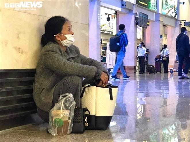 Khu soi chiếu an ninh sân bay Tân Sơn Nhất như chợ vỡ, khách kiệt sức chờ đợi - 2