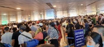 Khu soi chiếu an ninh sân bay Tân Sơn Nhất như chợ vỡ, khách kiệt sức chờ đợi