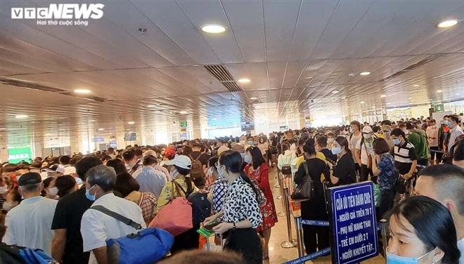 Khu soi chiếu an ninh sân bay Tân Sơn Nhất như chợ vỡ, khách kiệt sức chờ đợi - 3
