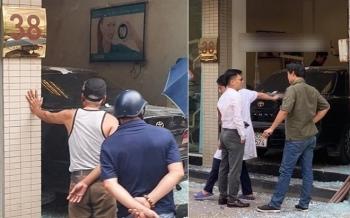 Xe Camry tông thẳng phòng khám nha khoa trên phố Hà Nội