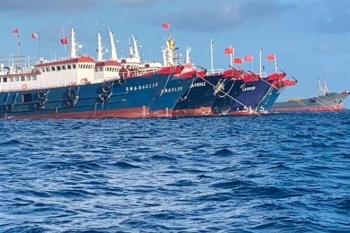 """""""Đại ngư thuyền"""" Trung Quốc đánh cá, tàn phá biển và bá quyền đại dương"""