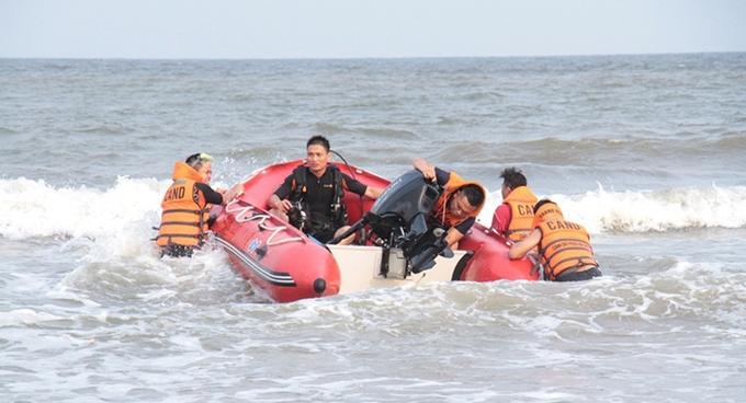 4 học sinh mất tích khi tắm biển