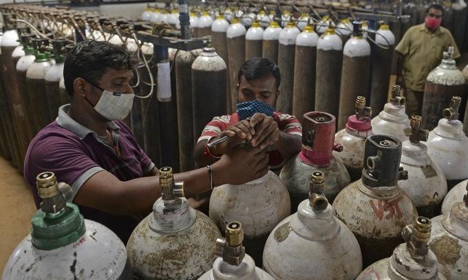 Các nước gửi thiết bị y tế giúp Ấn Độ
