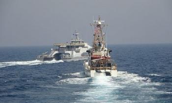 Vệ binh Iran chạy cắt mặt tàu tuần tra Mỹ