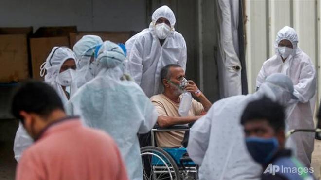 Ấn Độ ngày thứ 6 liên tiếp ghi nhận hơn 300.000 ca mắc COVID-19 - 1