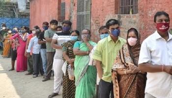 Ấn Độ trải qua ngày chết chóc nhất vì COVID-19, hàng triệu dân vẫn đi bỏ phiếu