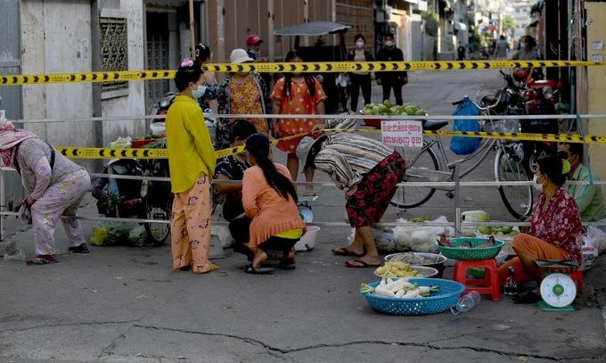 Ca Covid-19 tăng kỷ lục, dân Campuchia chật vật tìm lương thực