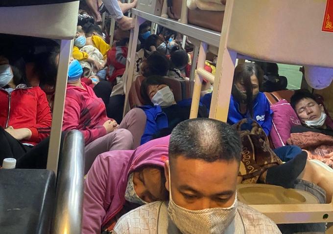 Xe khách 38 chỗ chở gần 100 người trên cao tốc